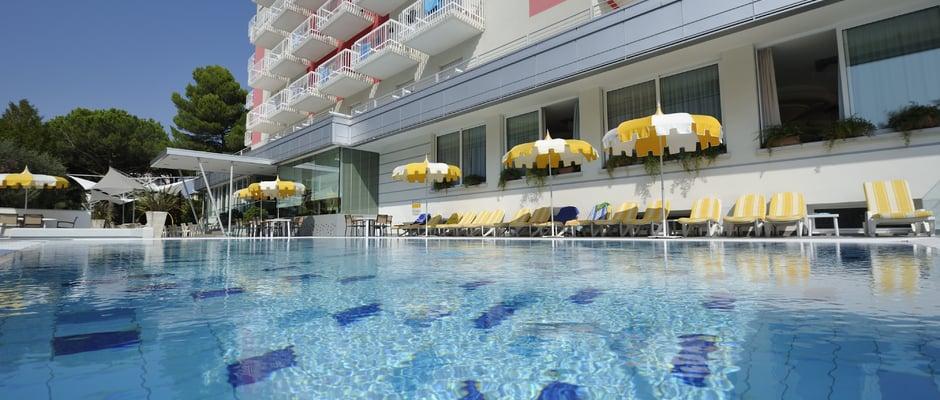 Piscine riscaldate 4 stelle hotel a bibione hotel eden for Piscina rialzata